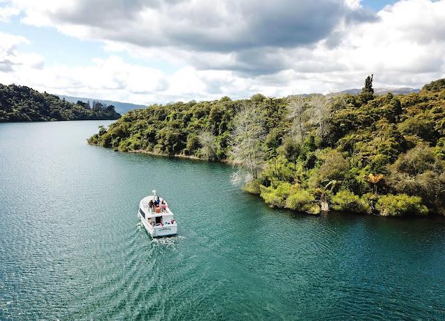 Tarawera ở Rotorua là hồ nước lớn nhất New Zealand, nổi tiếng với cảnh sắc tuyệt đẹp như tranh vẽ. Hồ rất sâu và rộng, nổi bật với màu nước xanh ngắt. Punaromia, điểm tiếp cận gần Tarawera nhất, là vị trí lý tưởng để du khách cắm trại, dựng tiệc ngoài trời.