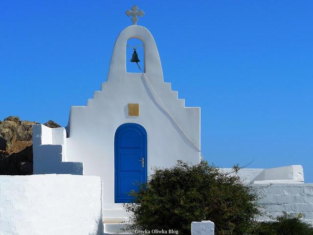 śnieżnobiała grecka cerkiew na tle błękitnego nieba Mykonos Cyklady Grecja