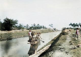beberapa orang diatas solu berada di atas kanal tano ponggol
