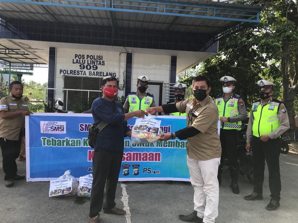 Jumat Berkah, SMSI Batam dan Polresta Barelang Bagikan Sembako ke Warga