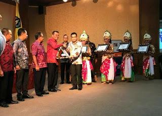Wako Pariaman Terima Penghargaan Pasar Tertib Ukur