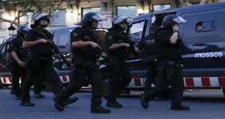 """رعب في شوارع إسبانيا.. عارٍ يهاجم الشرطة بالسيف ويصرخ """"مصاب بكورونا"""".. فيديو"""