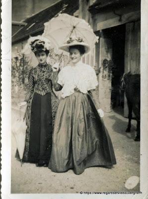 ancienne photo de famille, noir et blanc, élégantes dans la rue