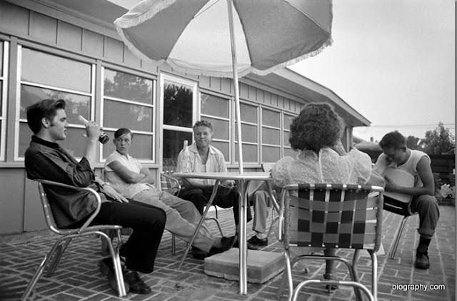 Elvis Presley com amigos em sua casa do Audubon Drive, em Memphis