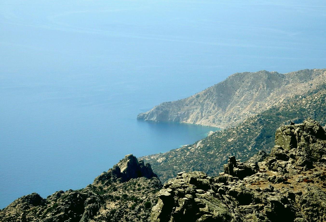 Θέα από την κορυφή «Μέλισσα» προς το Ακρωτήριο «Κάβο Πάπας». Ίσως ένα από τα πιο άγρια τοπία στο Αιγαίο με μεγάλες κλίσεις.