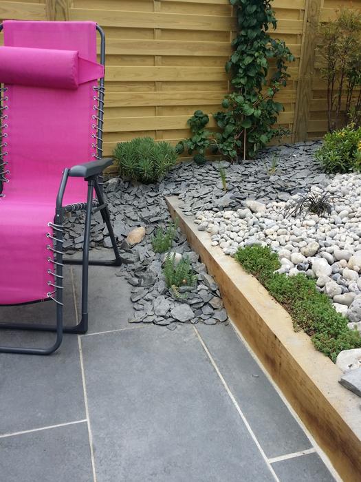 Petit jardin sans entretien panneaux bois dans petit for Entretien jardin 95