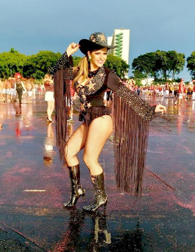 Tânia Oliveira usou look com botas, chapéu e muitas franjas. Foto: Renato Cipriano