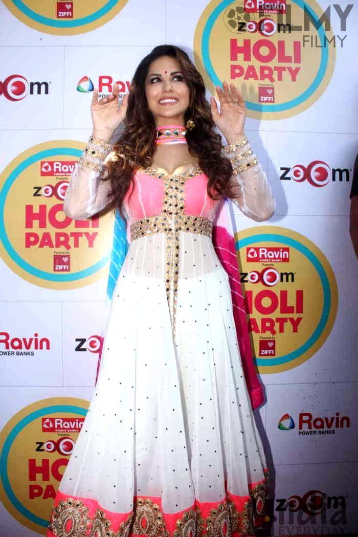 Sunny Leone Playing Holi Hot Bollywood Actress Dirty Pics - Neeshucom-6092