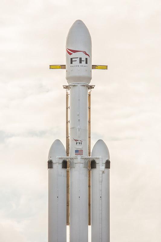 Cận cảnh phần trên của tên lửa. Tên lửa đẩy ở trung tâm tương tự với Falcon 9, được trợ lực bởi động cơ Merlin đơn, kèm theo nó là hai động cơ đẩy nữa nằm ở hai bên. Cả ba cùng tạo nên một lực đẩy khổng lồ tạo nên cỗ máy lớn nhất từ trước đến nay của công ty SpaceX. Hình ảnh: SpaceX.