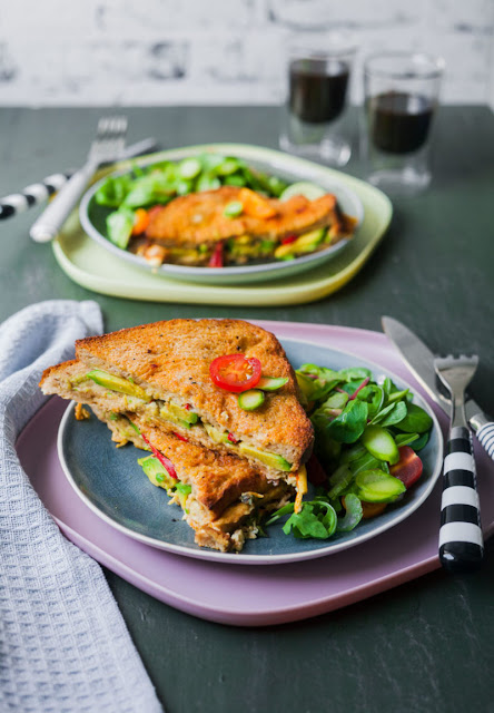 The recipe for hearty avocado French toast from the oven with small asparagus salad