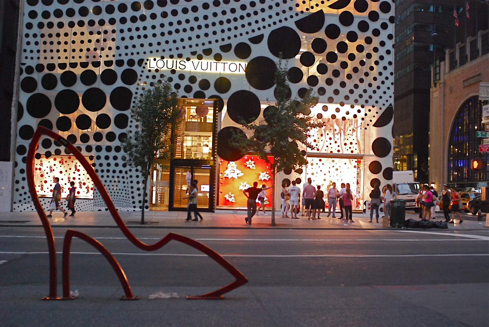 Nyc Nyc Louis Vuitton Collaborates With Artist Yayoi