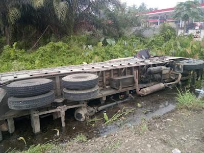 Hindari Tabrak Sepmor, Truck Trado Terguling Masuk ke Rawa