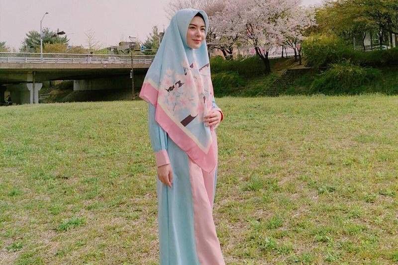 Inspirasi Hijab Ayana Moon Yang Simple dan Sopan