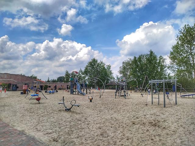 plac zabaw na terenie Krasiejowa, park dinozaurów