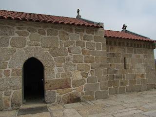 Lateral de uma capela da Rota do Românico