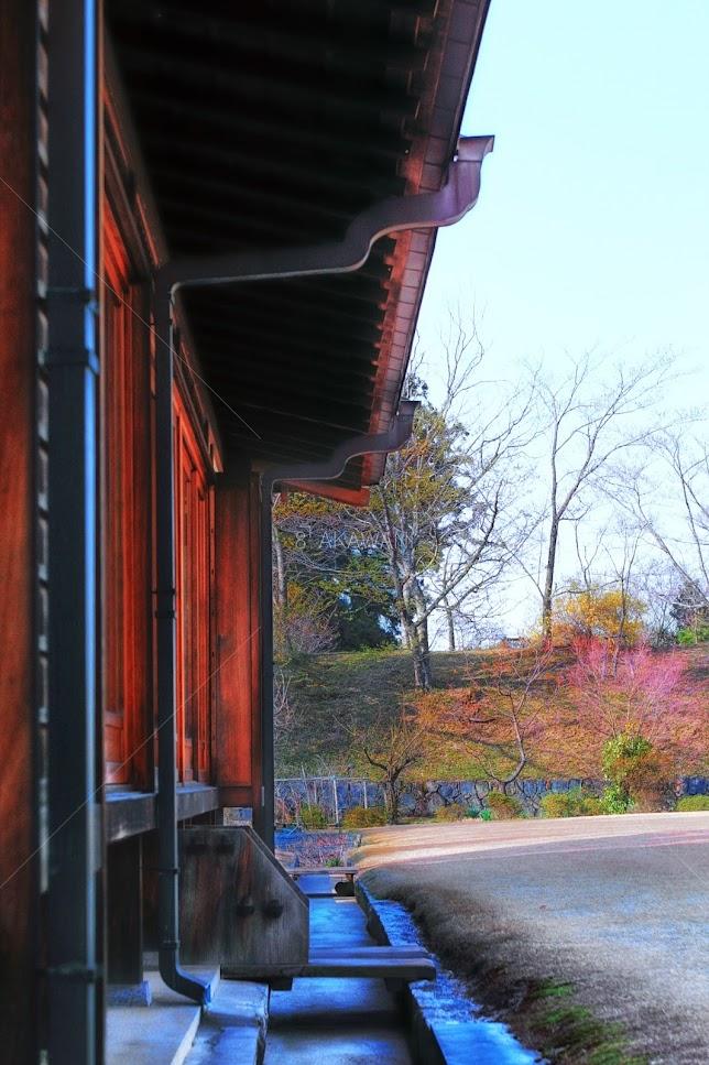 東大寺 しころ建ての客棟の雨樋の仕舞設え建物軒下 雨落ち溝
