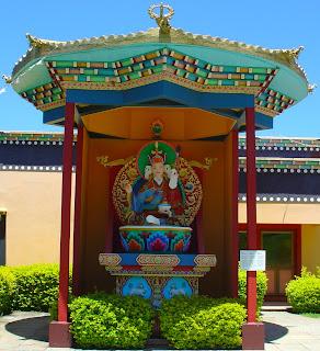 Pequeno Templo Tibetano, Três Coroas