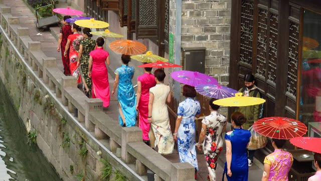 Women display traditional Chinese dress in east China