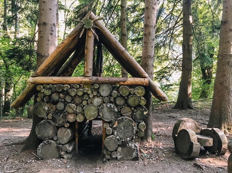 Una casetta di legno sul sentiero dello spirito del bosco