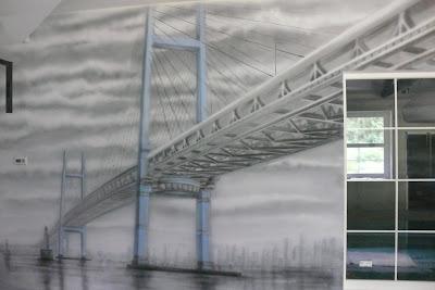 Obraz przedstawiający most wykonany farbami UV, malowidło świeci  ciemności.