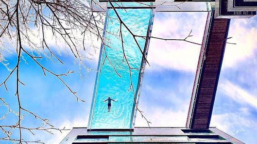 Hình chụp từ dưới lên của hồ bơi xuyên thấu ở london