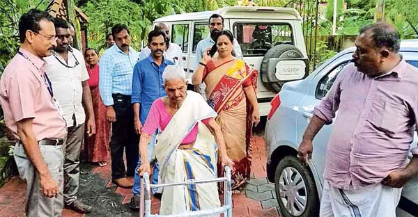 Son leaves his old mother at old age home, Mavelikkara, News, Local-News, Complaint, Son, Kerala