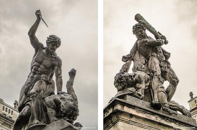Estátuas no portão principal do Castelo de Praga