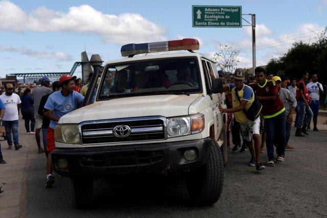 Por falta de insumos, ambulancias desobedecen a Maduro y cruzan a Brasil con cinco heridos (fotos)