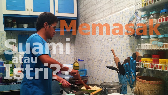 suami memasak