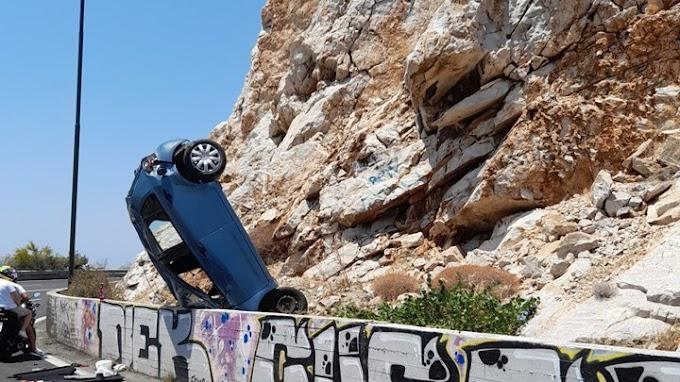 """Βουλιαγμένης: Τροχαίο στα Λιμανάκια - Aυτοκίνητο """"καρφώθηκε"""" στα βράχια"""