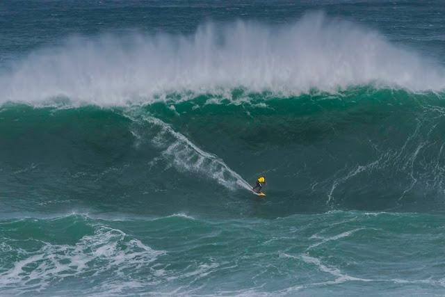 Ola gigante en la Challenge de Isla Pancha Ribadeo. Surf olas gigantes.
