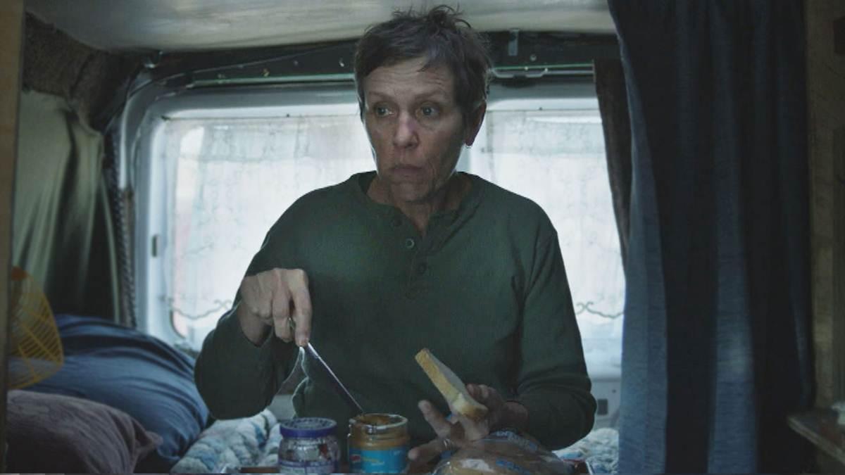 Fern sarapan di dalam mobil van