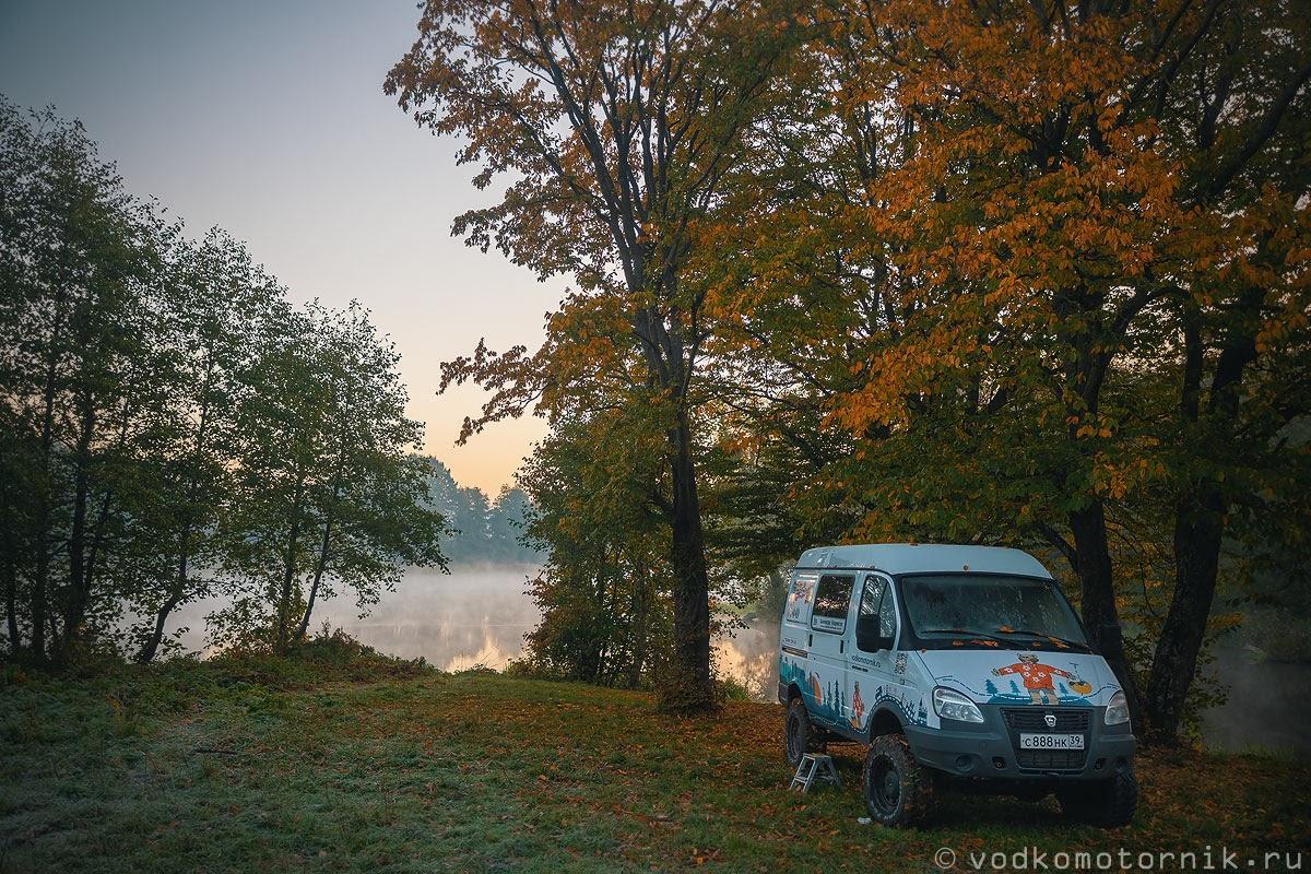 Соболь 4х4 самый западный на поляне ранним утром