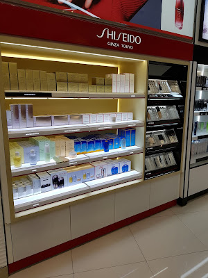 Shiseido display in Panama's Airport - www.modenmakeup.com