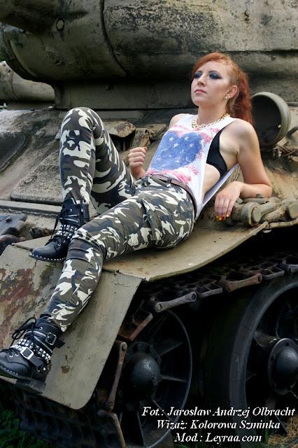 15.08.17 Bojówki moro, koszulka flaga amerykańska wycięte rękawy, naszyjnik łańcuch, brązowy pasek, botki z ćwiekami, Muzeum Orła Białego Skarżysko-Kamienna