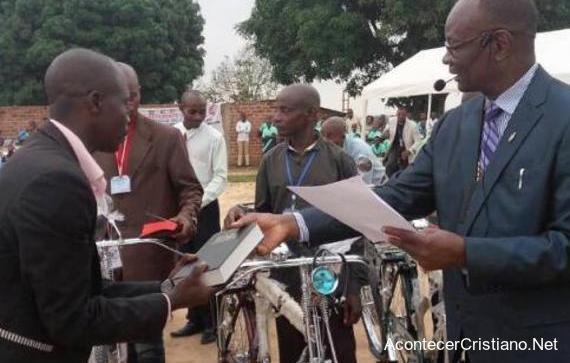 Misioneros evangelizan con bicicletas