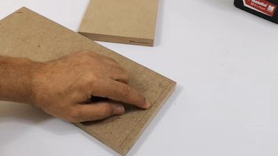 تحديد نفس المسافة على اللوح الخشبي الآخر