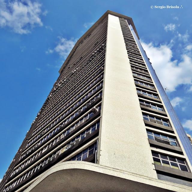 Perspectiva inferior da fachada e lateral do Edifício Andraus - Centro - São Paulo