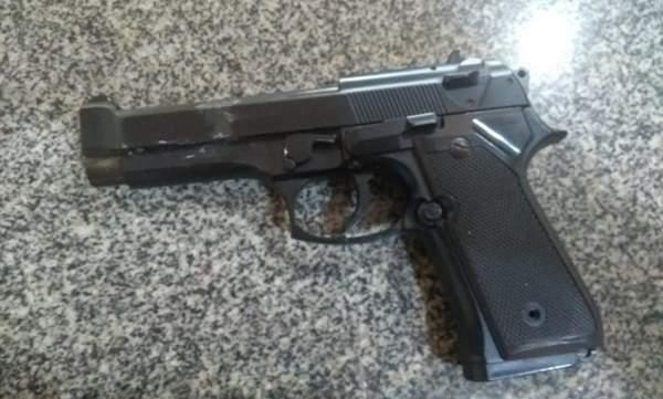 Homem é preso com simulacro de arma de fogo em Russas