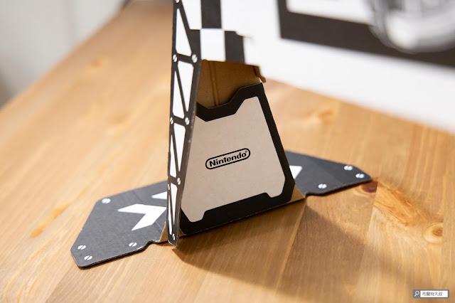【遊戲】任天堂 AR 競速玩起來《瑪利歐賽車實況:家庭賽車場》 - 在柱面有個反扣的設計,讓閘門可以站得更穩