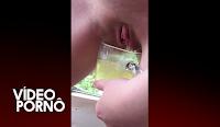 buceta mijando dentro do copo