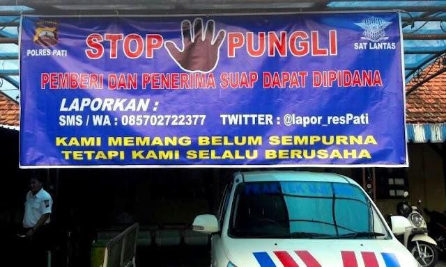 Spanduk Stop Pungli dipasang di tempat pengurusan Surat Izin Mengemudi (SIM) di Satlantas Polres Pati