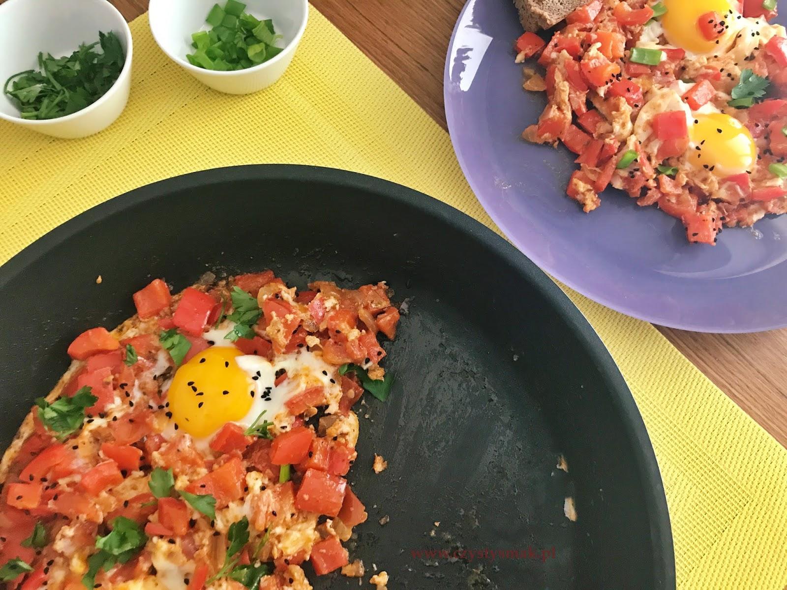 Jajka w papryce i pomidorach z cynamonem