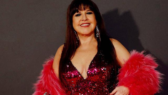 Loles León posa con un modelo rosa en la alfombra roja de los premios goya del cine español en la 33 edición del certamen