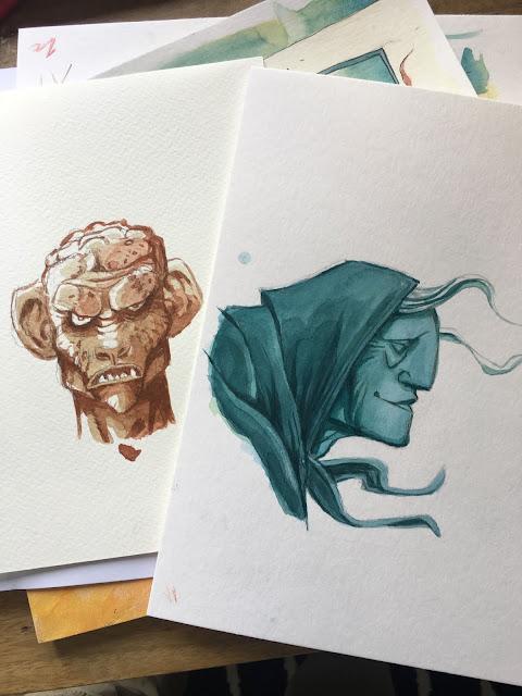Deux petits dessins à l'aquarelle. A gauche : un portrait de monstre menaçant et à droite un profil agrandi d'une vieille dame grecque.