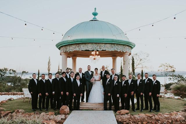 casamento real, casamento a céu aberto, casamento no jardim, casamento no campo, passarela de espelho, flores do campo, cerimônia, decoração de cerimônia, varal de lâmpadas, relicário, buquê da noiva, bouquet, vestido de noiva, vestido de renda, villa giardini, noivos no altar, véu e grinalda, hora dos votos, decoração rústica, casamento rústico, padrinhos, best men