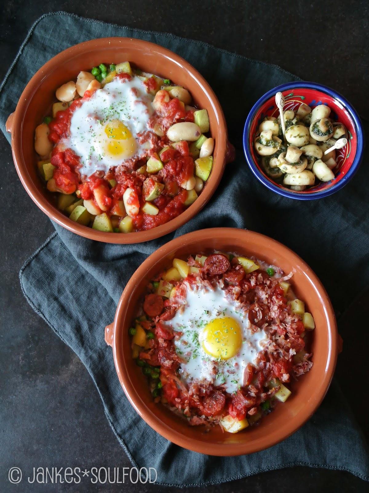 Eier auf Kartoffeln, Chorizo und Tomatensauce