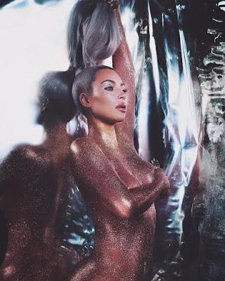 Kim Kardashian sem roupa para promover produtos cosméticos