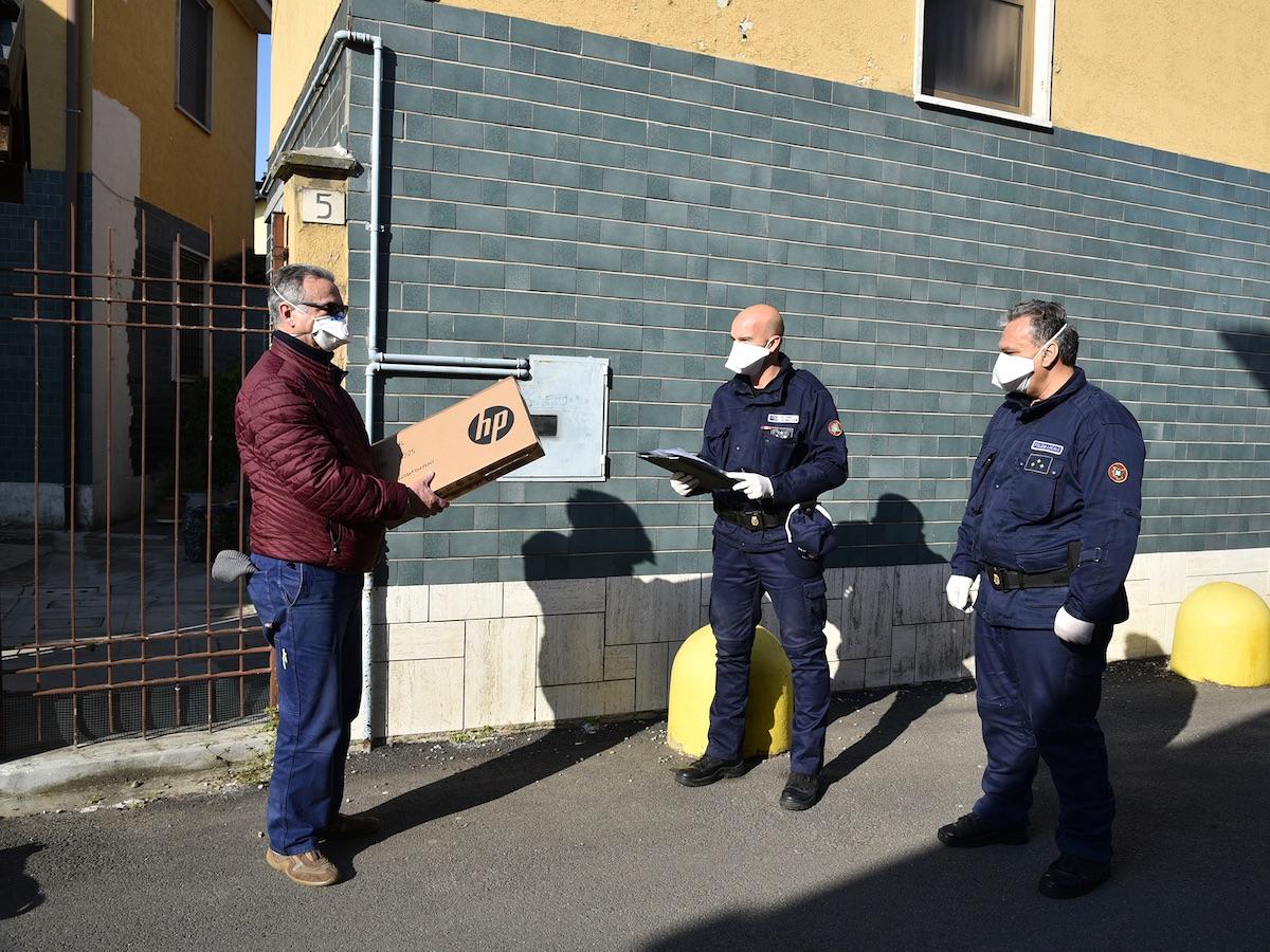 Milano: Polizia locale consegna 44 computer ai ragazzi ...