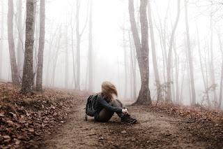 zycie proste, kobieta w lesie, wiatr, mgła, drzewa, liście